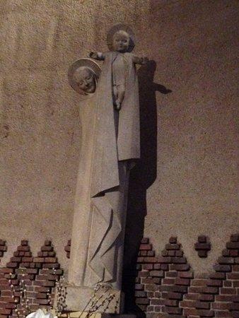 L  Eglise Sainte-Odile: Statue de la Vierge offrant m'enfant au Monde