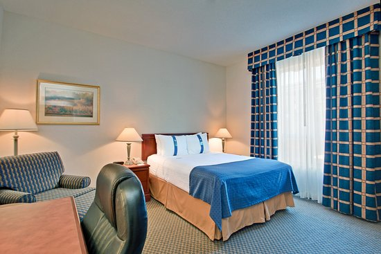 Holiday Inn Toronto Bloor Yorkville: Modern and gracious Queen Bed Guest Room