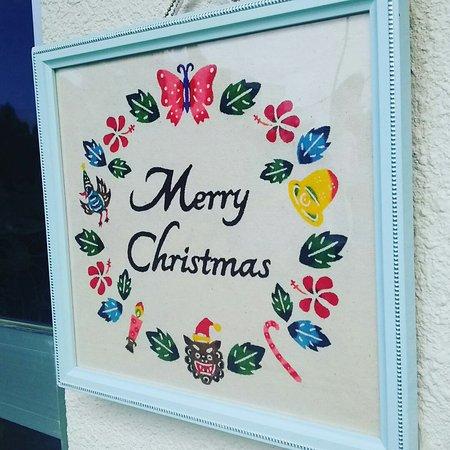 紅型体験&小物販売キジムナー工房, 入り口に飾られたクリスマス紅型も沖縄の雰囲気がいっぱい