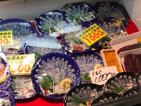 Ikan fugu dipajang untuk dijual di Pasar Karato, di Shimonoseki
