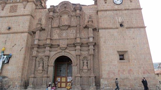 Plaza de Armas Cusco Hotel: Frente al hotel esta la plaza central y al costado esta iglesia hermosisima.