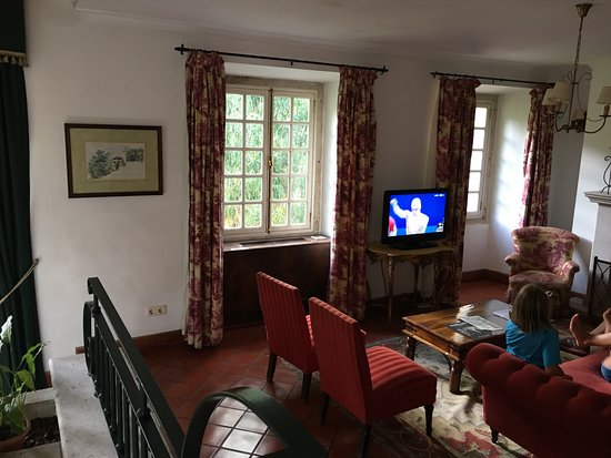 Lawrence's Hotel: Common area with TV.