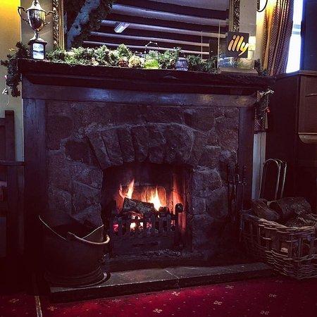 Bower House Inn: Bar Fire