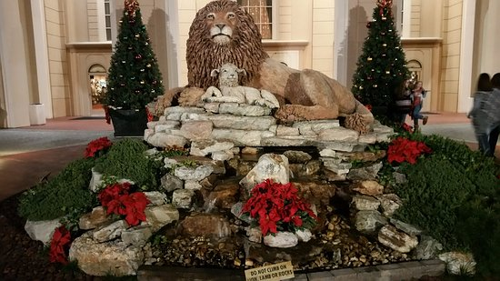 Branson, MO: The lion and the lamb statue.