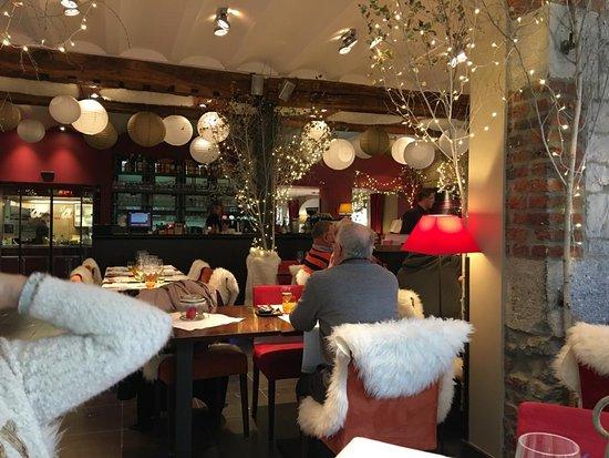 Restaurant décoré pour Noël - Bild von Le Saint-Amour ...