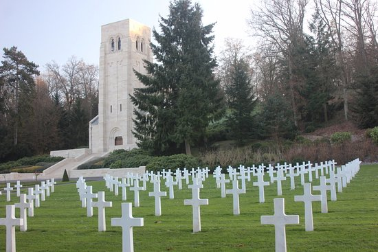Aisne, Francia: The chapel is front and center with graves to the left and right of it.