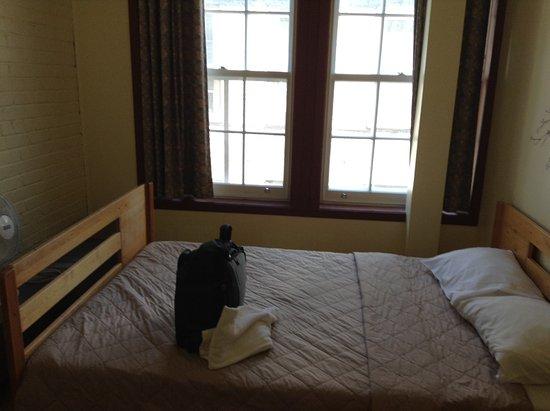 HiQuebec, Auberge Internationale de Quebec : Private room (shared bath down hall)