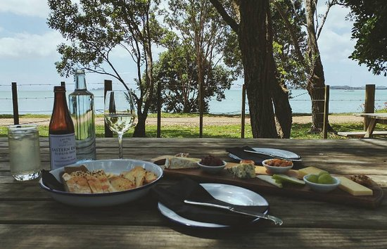 Waiheke Island, New Zealand: Cheese and wine with a view.