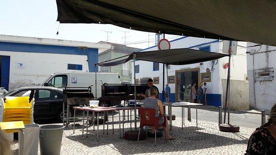 Fuzeta, Portugal: Chefgriller bei der Arbeit