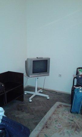 George Hotel: телевизор в номере