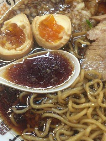 Nikusoba Keisuke: スープは真っ黒だけど味は普通に醤油だょ