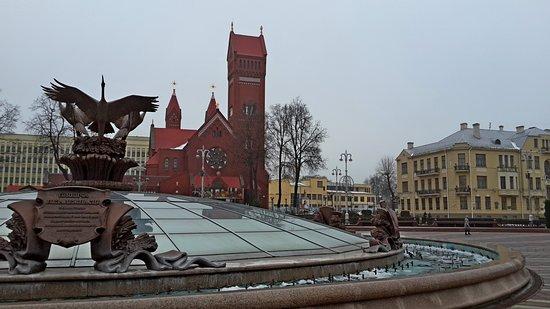 Площадь Независимости, Минск  Красный костёл и купол ТЦ