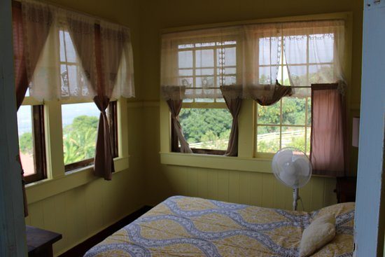 Holualoa, HI: Room 11 has panoramic views of tropical landscapes and ocean below.  Breezy and bright.