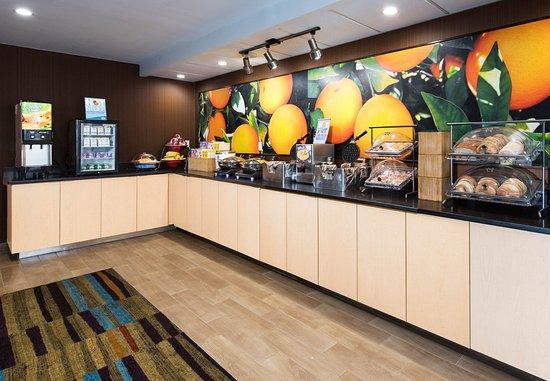 Fairfield Inn & Suites Fort Myers: Hot Breakfast Buffet