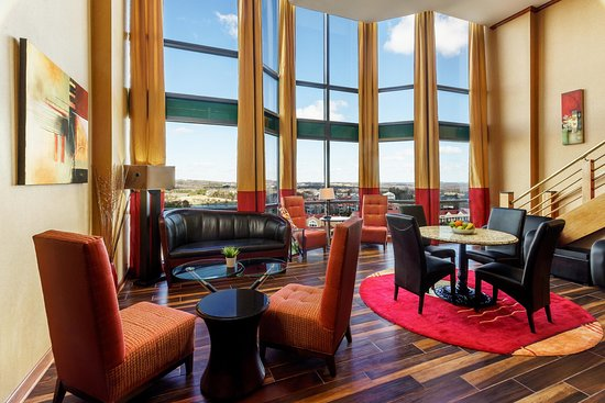 Hilton Charlotte University Place : Executive Lounge Window Views