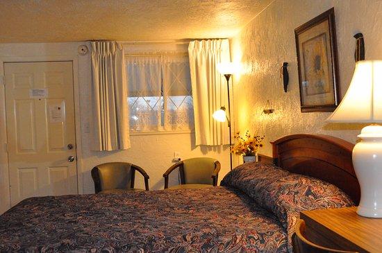 Hopwood Motel of Uniontown: queen bed room