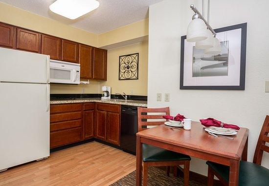 Independence, Missouri: Studio Suite - Kitchen