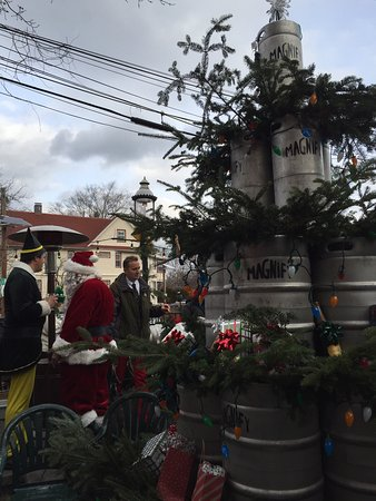 Caldwell, Nueva Jersey: Magnify firkin Christmas tree, pretzels, and flights