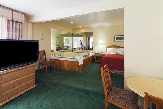 Country Inn & Suites By Carlson, Sparta: CountryInn&Suites Sparta WhirlpoolSuite