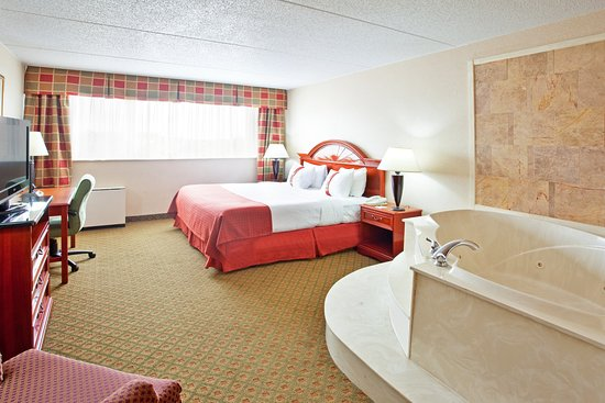 Holiday Inn Muskegon: Jacuzzi Suite