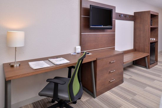 Stevens Point, WI: Work desk and flexible armior area of standard guest room