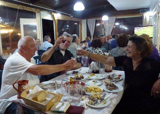 Vatera, Hellas: Samstagabend, wenn viele Einheimische auf Grillfleisch und Kokoretsi (Innereienspieße) einkehren