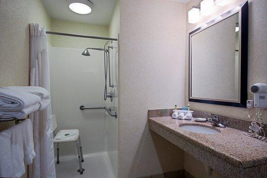 Salamanca, Estado de Nueva York: ADA/Handicapped accessible Guest Bathroom with roll-in shower