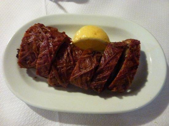 Vatera, Grecja: Kokoretsi (von dünnen Därmern umwickelte Innereien) in der Taverne Ta Kalamakia