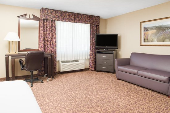 Holiday Inn Express Wenatchee: Jacuzzi Suite Living Area