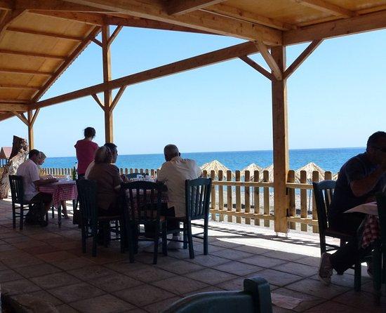 Vatera, Hellas: Auf der Terrasse der Taverne Ta Kalamakia