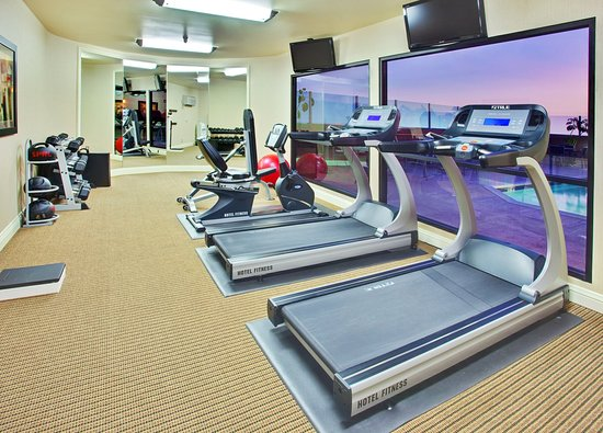 Holiday Inn Hotel & Suites Anaheim - Fullerton: Fitness Center overlooking the outdoor pool area