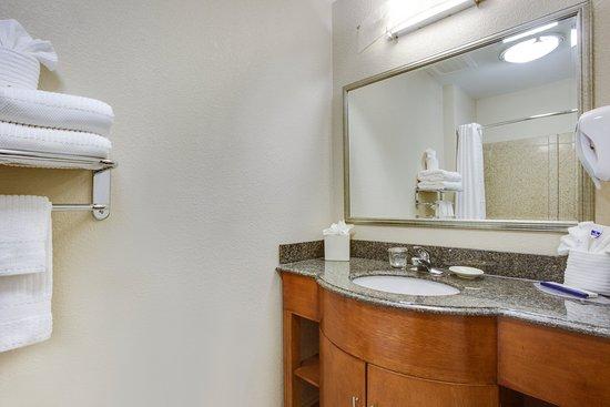 Candlewood Suites Virginia Beach / Norfolk: Standard Guest Bathroom