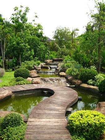 Well kept gardens at the Maryo