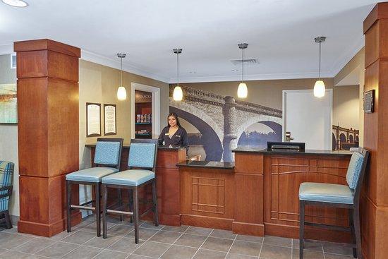 Staybridge Suites Glenview : Front Desk