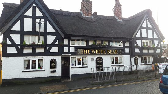 Knutsford, UK: el pub THE WHITE BEAR en la plaza CANUTE.
