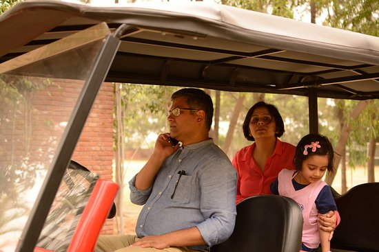 Sohna, Indie: The Resort GM giving us a ride