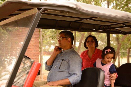 Sohna, Índia: The Resort GM giving us a ride