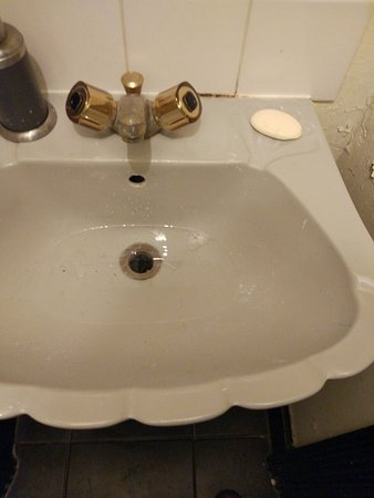 Boutique Backpackers: This sink didn't drain so the water just stands there