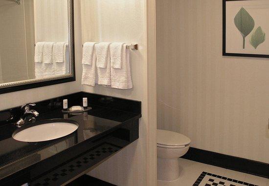Hooksett, NH: Guest Bathroom