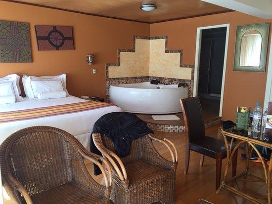 Taypikala Hotel Machupicchu: Large room with jetted tub