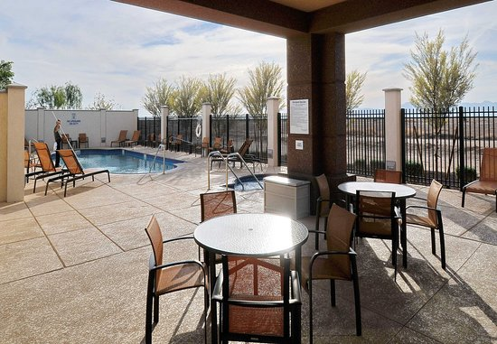 Fairfield Inn & Suites Phoenix Chandler/Fashion Center: Outdoor Patio & Pool