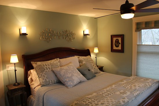 Avalyn Garden Bed and Breakfast: the Monet room features a king size bed