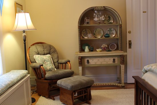 Avalyn Garden Bed and Breakfast: The Santiago room offers a  comfortable reading chair