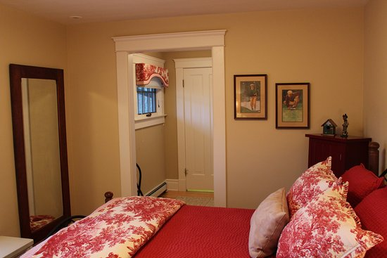 Avalyn Garden Bed and Breakfast: Links dressing room leads to a full bath and shower