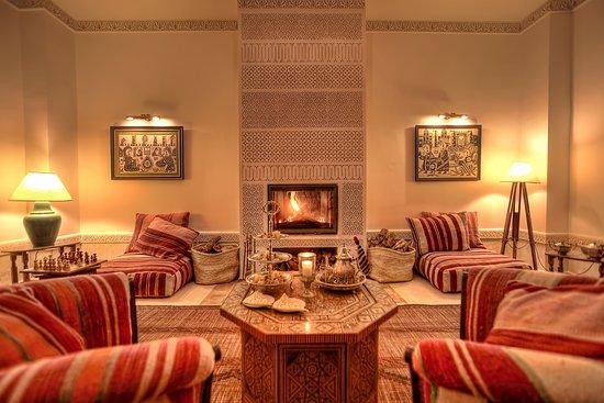 Riad le Clos des Arts: Salon with fireplace