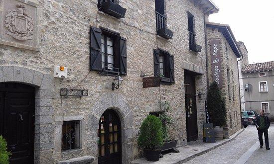 La bodega de Pepe: la casa es espectacular,muy bien decorada con aperos de labranza por todas partes y una telecabi