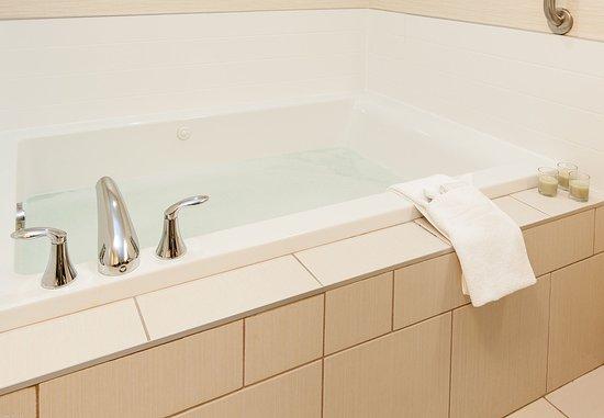 Vernon, Canada: Deluxe Suite Bathroom – Tub