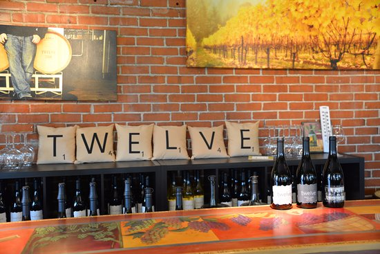 Carlton, Oregón: The wine tasting bar inside the Twelve tasting room