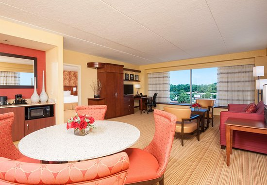 Peoria, IL: King Suite Living Area