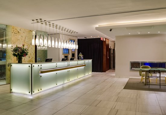 Protea Hotel Fire & Ice! by Marriott Cape Town: Frosted Reception Desk